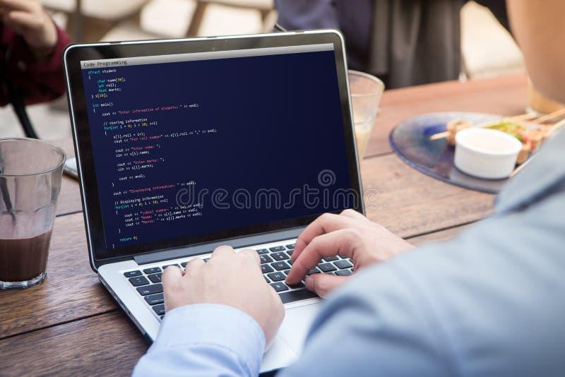 Sirva la codificación y la programación para el concepto del desarrollo web y del diseño web usando el ordenador portátil/el orde fotos de archivo