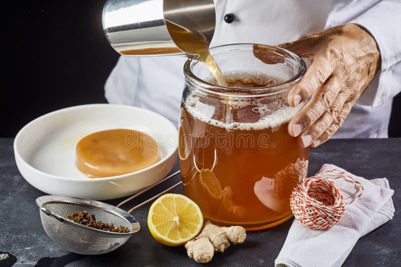 Sirva la colada de un brebaje del té negro azucarado imagenes de archivo