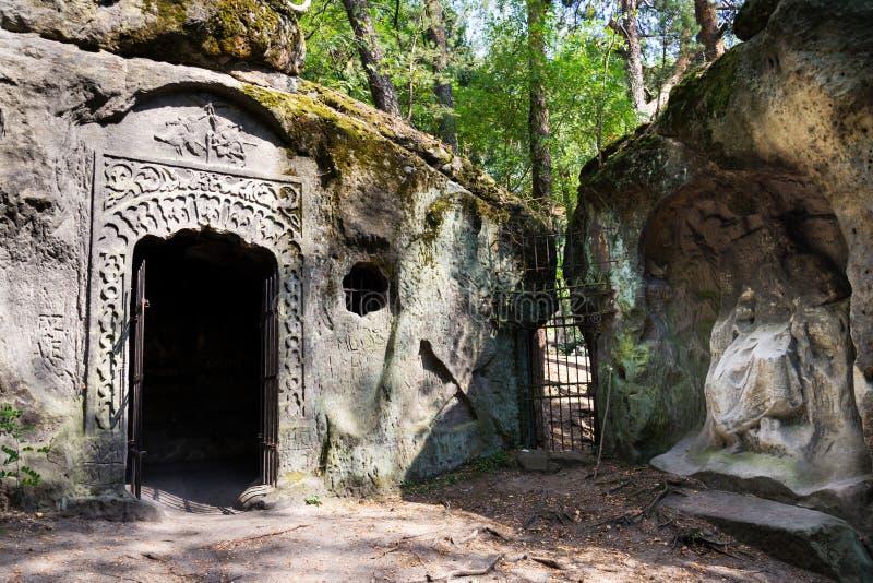 Sirva la cueva hecha Klacelka de la piedra arenisca cerca de Libechov, República Checa fotos de archivo