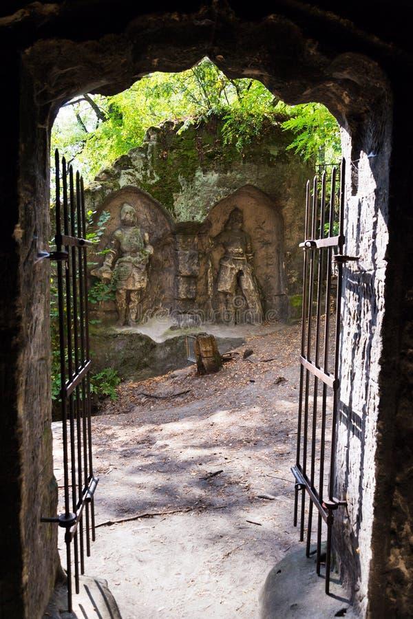 Sirva la cueva hecha Klacelka de la piedra arenisca cerca de Libechov, República Checa foto de archivo libre de regalías