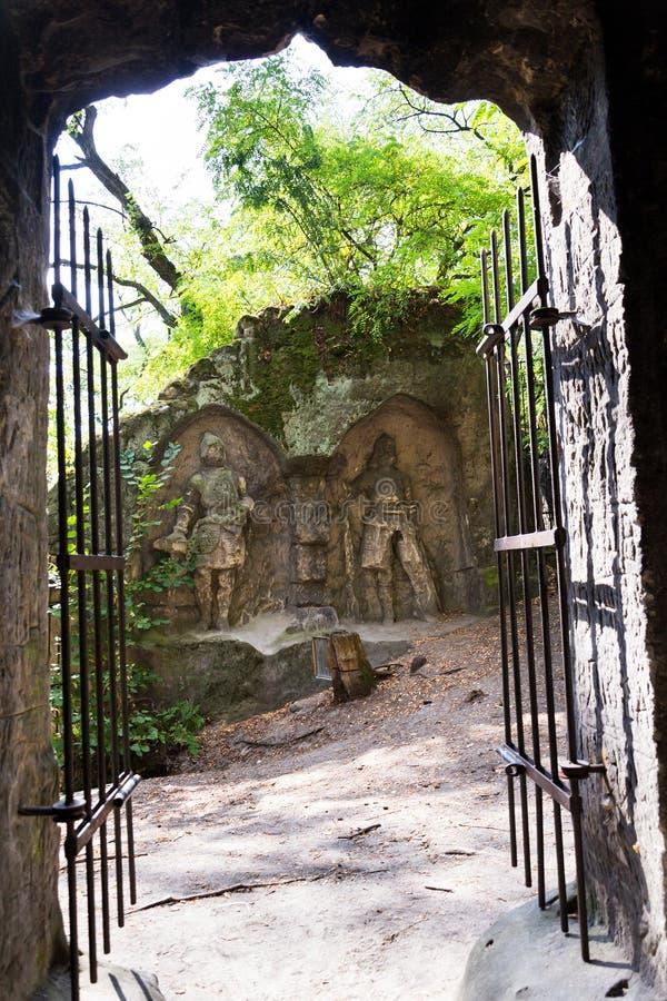 Sirva la cueva hecha Klacelka de la piedra arenisca cerca de Libechov, República Checa fotografía de archivo