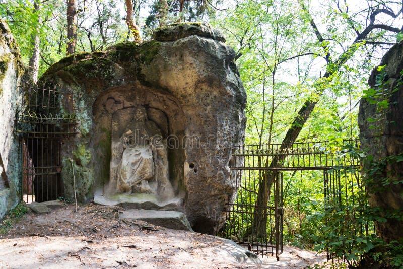 Sirva la cueva hecha Klacelka de la piedra arenisca cerca de Libechov, República Checa imágenes de archivo libres de regalías