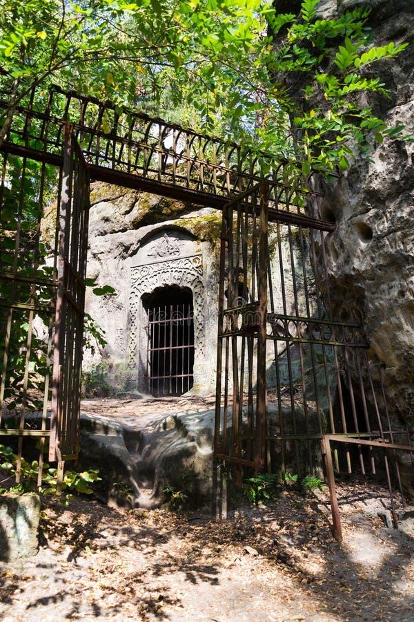 Sirva la cueva hecha Klacelka de la piedra arenisca cerca de Libechov, República Checa foto de archivo