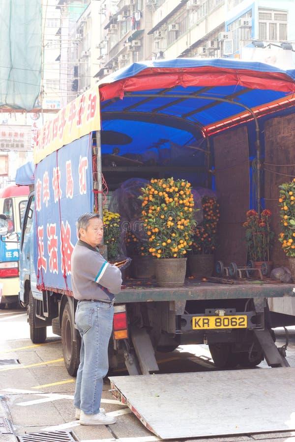 Sirva la entrega de los árboles de mandarina ornamentales por Año Nuevo chino fotos de archivo libres de regalías