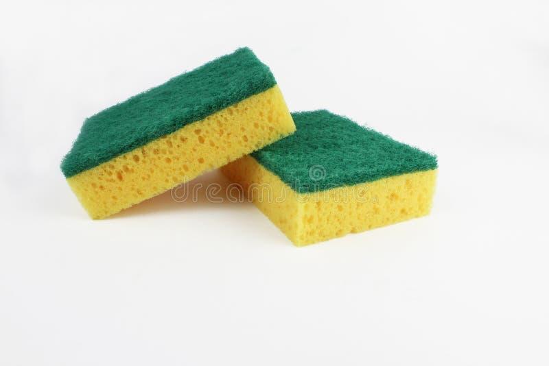 Sirva la esponja que se lava, aislada en el fondo blanco imagenes de archivo