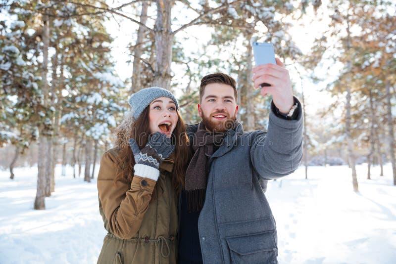 Sirva la fabricación de la foto del selfie con su novia al aire libre imagen de archivo libre de regalías