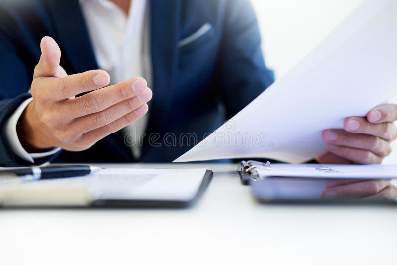 Sirva la firma de una póliza de seguro de coche, el agente está llevando a cabo el doc. fotografía de archivo libre de regalías