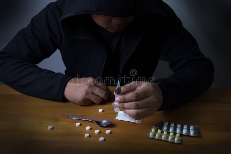 sirva la jeringuilla de la droga de la medicación de la dependencia de sustancia y al héroe cocinado fotografía de archivo libre de regalías