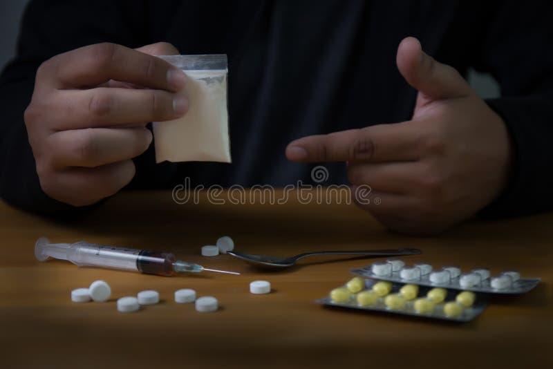 sirva la jeringuilla de la droga de la medicación de la dependencia de sustancia y al héroe cocinado fotos de archivo
