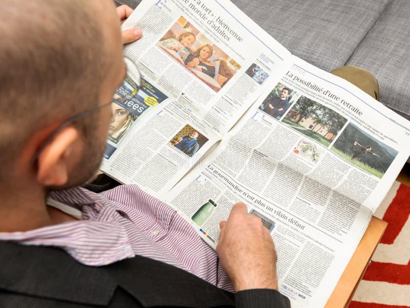 Sirva la lectura sobre pensiones y cómo permanecer joven fotos de archivo