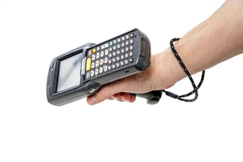 Sirva la mano del ` s que sostiene un escáner del código de barras imagen de archivo libre de regalías