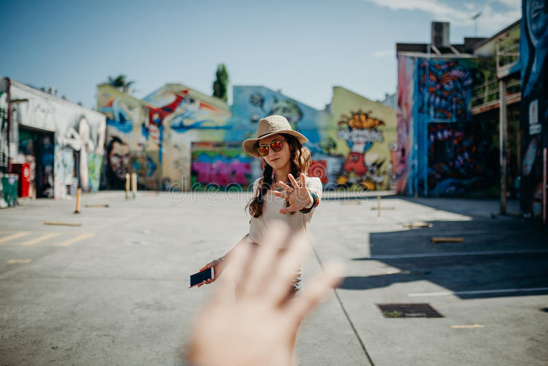 Sirva la mano que alcanza la mano del ` s de la mujer en la calle Concepto del amor imagen de archivo libre de regalías