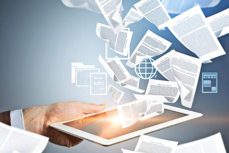 Sirva la mano que trabaja con la tableta, documentos electrónicos ilustración del vector