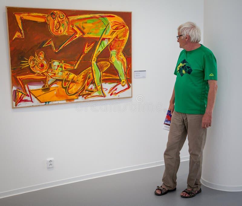 Sirva la mirada de la pintura en la galería Danubiana, Bratislava fotos de archivo