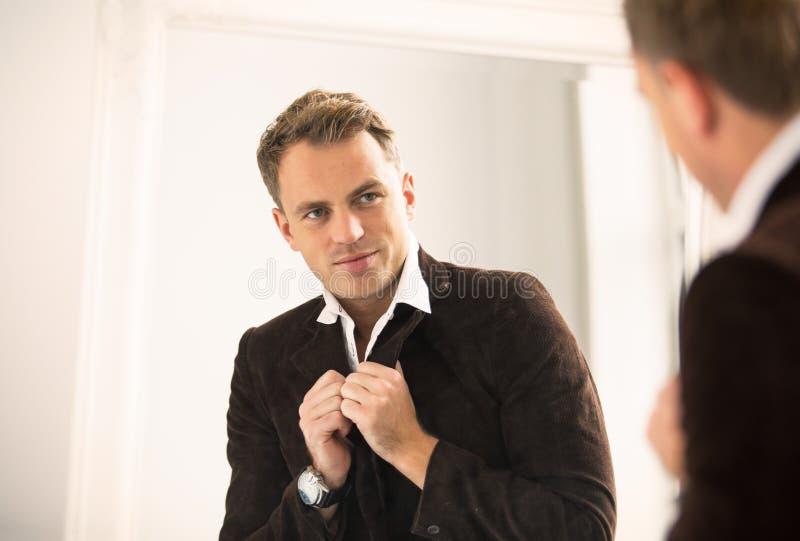 Sirva la mirada de se en espejo imagen de archivo libre de regalías