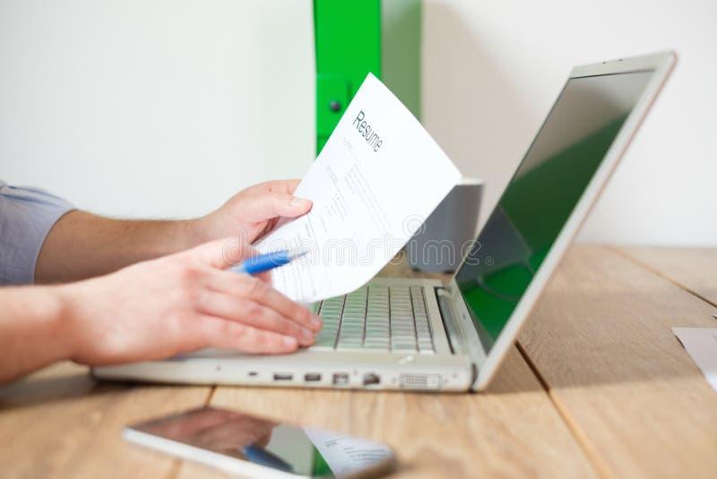 Sirva la mirada de trabajo de las FO y el relleno del curriculum vitae del trabajador imagen de archivo libre de regalías