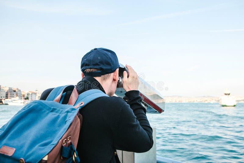 Sirva la mirada del mar a través del telescopio turístico Vista del Bosphorus, Estambul, Turquía Vacaciones, viaje fotografía de archivo