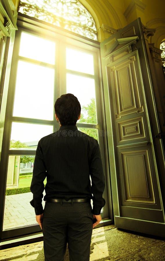 Sirva la mirada hacia fuera de la ventana en luz del sol de oro en palacio imagen de archivo libre de regalías