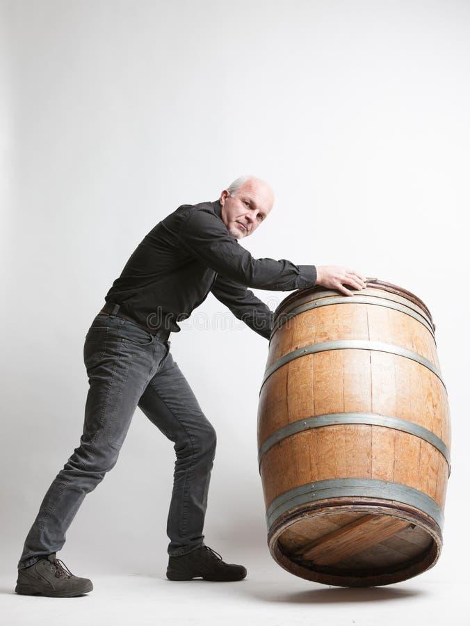 Sirva la mudanza de un barril grande del vino o de cerveza del roble imagenes de archivo