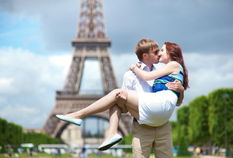 Sirva a la novia que lleva en sus brazos en París foto de archivo