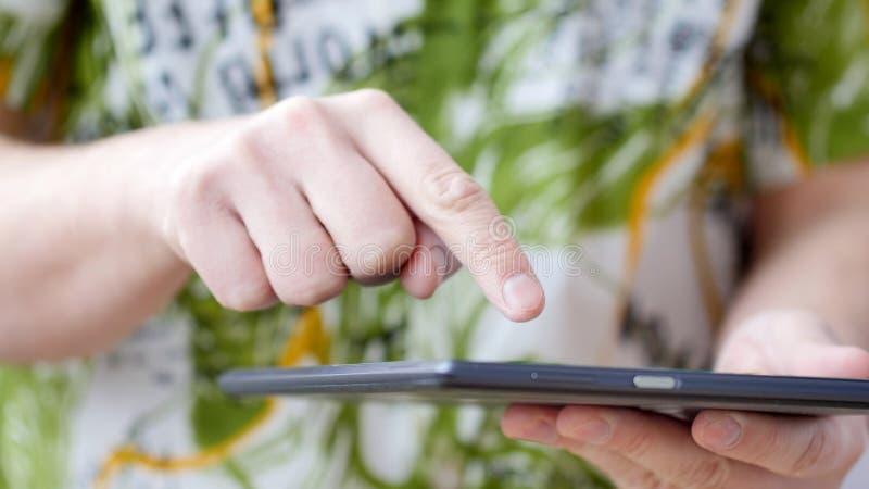 Sirva la pantalla táctil de la mano en la PC digital moderna de la tablilla imágenes de archivo libres de regalías