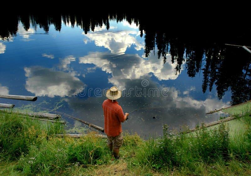 Sirva la pesca en un lago fotos de archivo libres de regalías