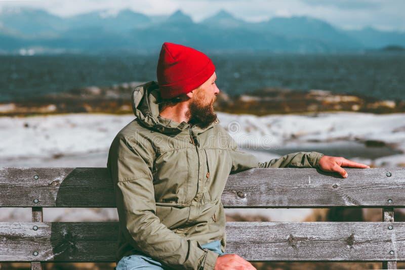 Sirva la relajación en el banco que disfruta de concepto de la forma de vida de las vacaciones del mar que viaja y de Noruega del fotos de archivo