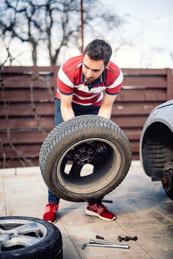 Sirva la rueda chaning en el lado del camino, detalles del neumático desinflado fotografía de archivo libre de regalías
