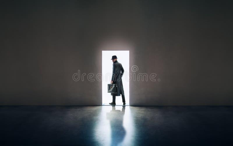 Sirva la silueta que se coloca teniendo en cuenta puerta de abertura en roo oscuro fotografía de archivo