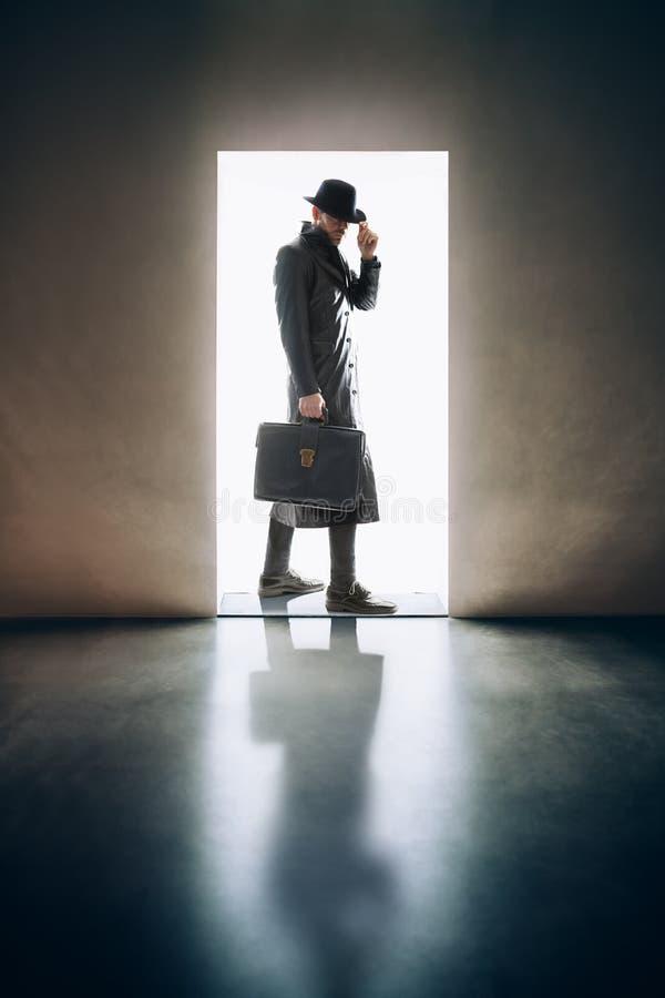 Sirva la silueta que se coloca teniendo en cuenta puerta de abertura en roo oscuro foto de archivo libre de regalías