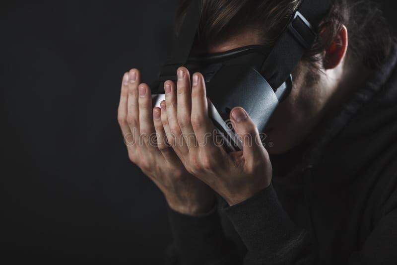 Sirva la situación en casco de la realidad virtual antes de fondo oscuro fotografía de archivo