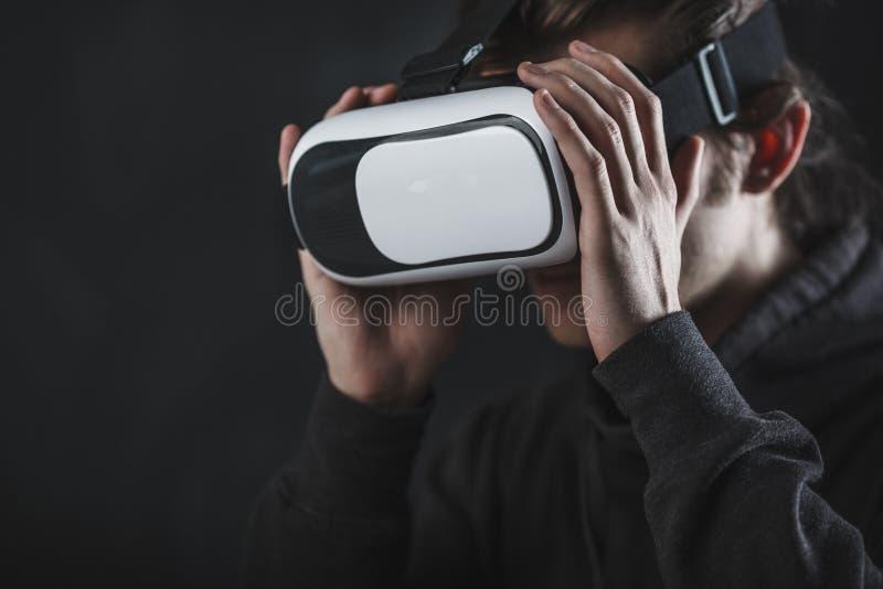 Sirva la situación en casco de la realidad virtual antes de fondo oscuro fotos de archivo