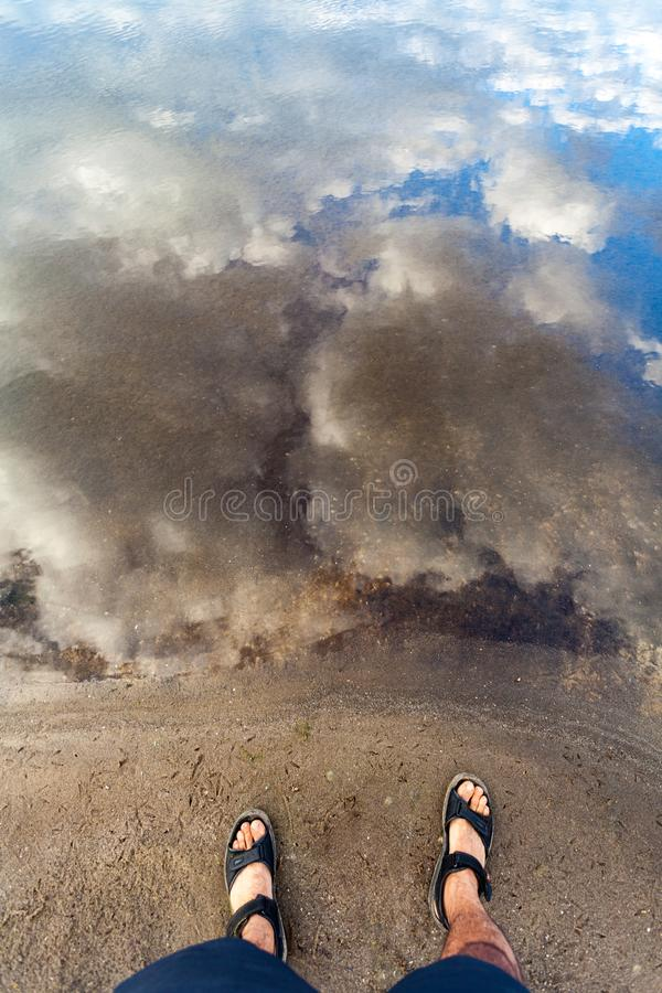 Sirva la situación en costa cerca de superficie del agua de río con reflexiones imagen de archivo