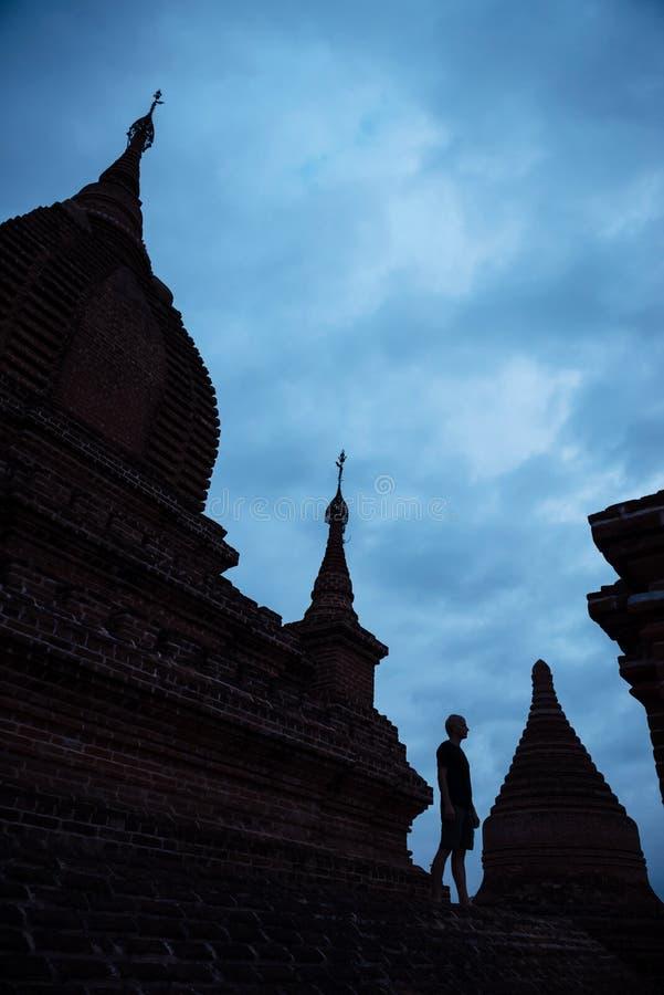 Sirva la situación en el tejado de la pagoda en la noche foto de archivo