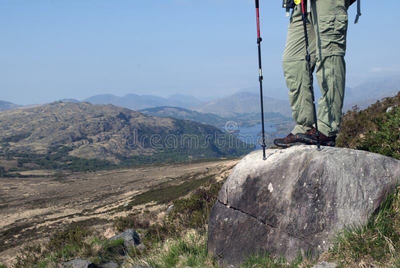 Sirva la situación en la roca en la trayectoria en la montaña de Troc imagenes de archivo