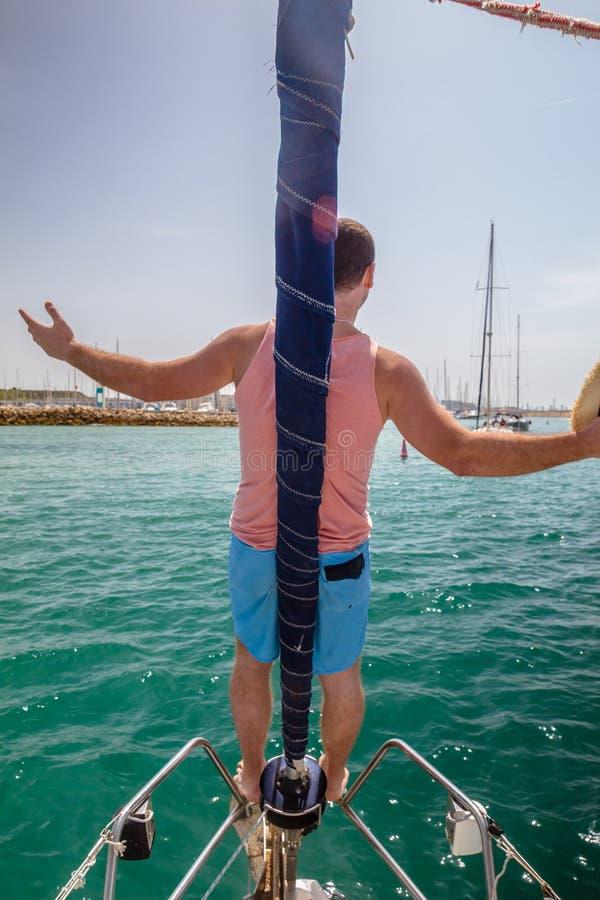 Sirva la situación en un arco del velero con los brazos aumentados imagen de archivo