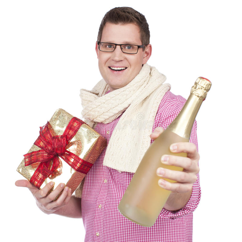Sirva la sonrisa feliz con el regalo y el vino espumoso fotografía de archivo