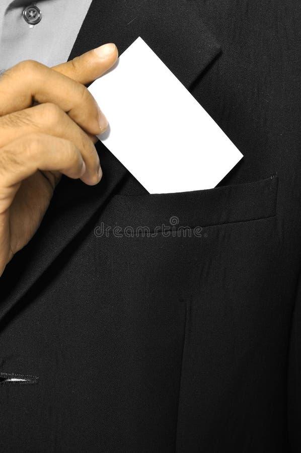 Sirva la tarjeta de visita en blanco puesta en bolsillo fotos de archivo libres de regalías