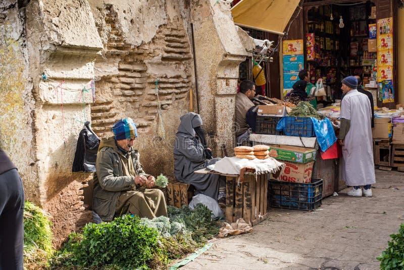 Sirva la venta de las hierbas aromáticas árabes típicas en una calle de Marruecos imagen de archivo libre de regalías