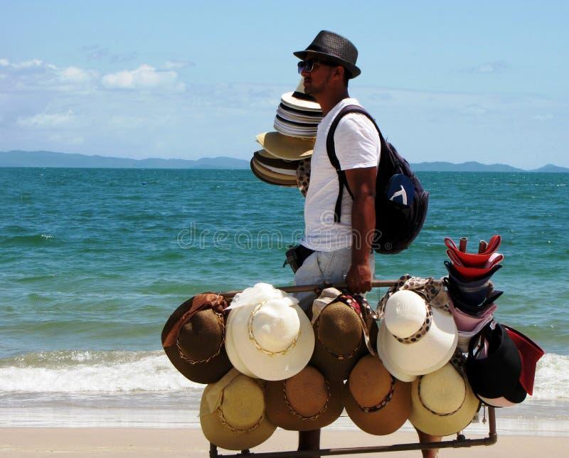 Sirva la venta de los sombreros que caminan en las playas paradisíacas de Maceio, el Brasil fotos de archivo