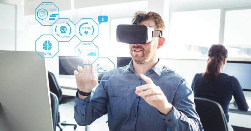 Sirva las auriculares de la realidad virtual de la salud de la aptitud de VR que llevan con el interfaz imagenes de archivo