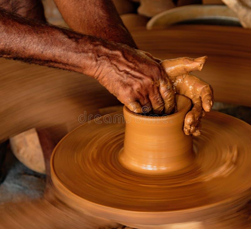 Sirva las formas ruedan en una rueda manual de la cerámica sin electricidad fotos de archivo libres de regalías