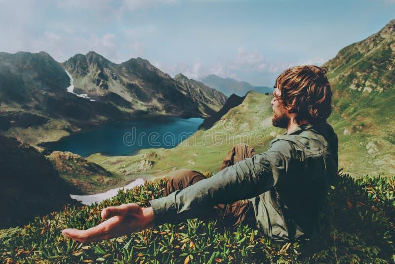 Sirva las manos aumentadas viajero que gozan del lago azul en la opinión aérea de las montañas fotografía de archivo libre de regalías