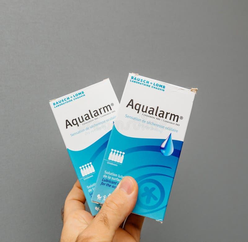 Sirva llevar a cabo los eyedrops Aqualarm hechos por Bausch y Lomb Laboratori fotografía de archivo