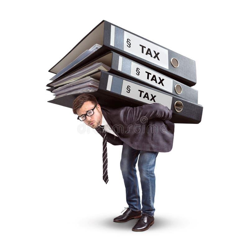 Sirva llevar una pila gigante de carpetas del impuesto aisladas en blanco imagenes de archivo