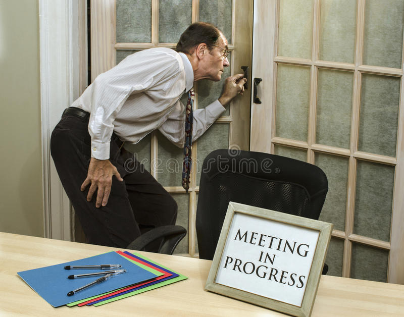 Sirva mirar a escondidas en el encuentro en curso imagen de archivo libre de regalías