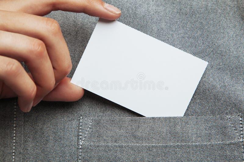 Sirva poner la tarjeta de visita en blanco en su bolsillo de la camisa imagenes de archivo