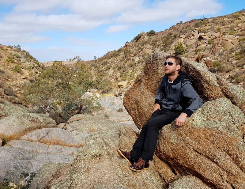 Sirva sentarse en una roca en las cascadas de Mannum fotografía de archivo
