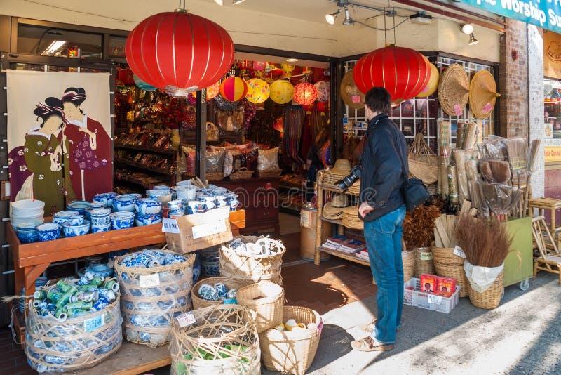 Sirva shoping alrededor en una tienda china en Chinatown, Vancouver imágenes de archivo libres de regalías