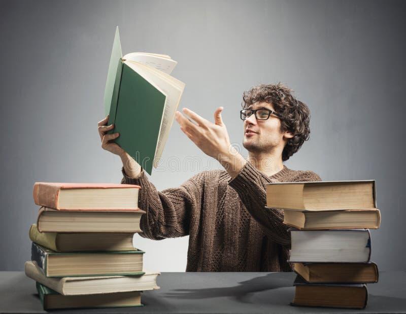 Sirva sostener un libro, haciendo un descubrimiento foto de archivo